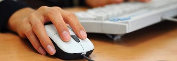 3300.12406-Pessoa-usando-computador