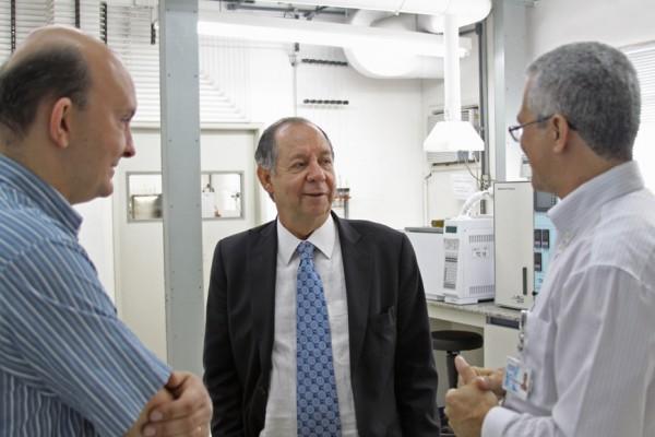 O ministro conversou com pesquisadores do Laboratório de Catálise do INT.
