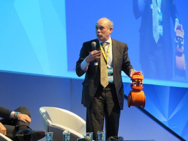 Rafael Steinhauser, da Qualcomm, trouxe para palco um robot inteligente