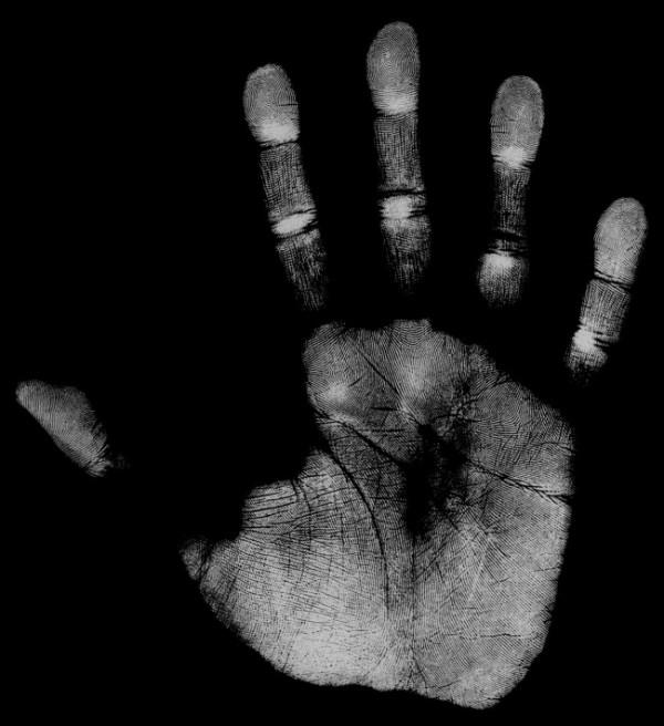 biométrica, hand-palm-print-grey-on-black-background-e1393862987584